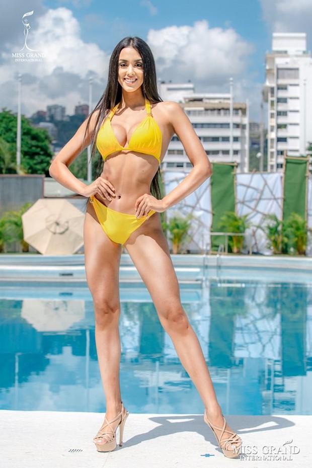 Ảnh bikini của Kiều Loan và thí sinh Hoa hậu Hòa bình bị photoshop quá đà: Body tưởng múi mà trơ xương, tay chân méo mó! - Ảnh 4.