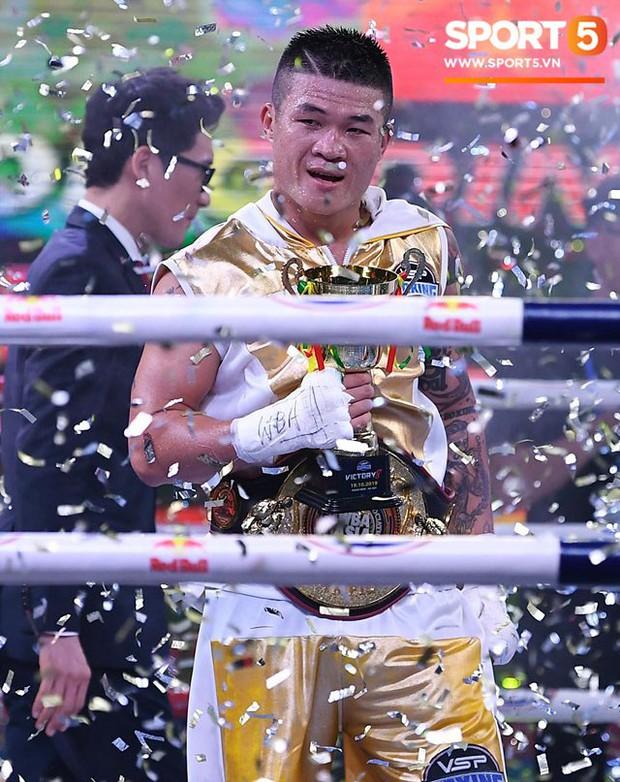 Xúc động khoảnh khắc Trương Đình Hoàng chính thức đeo lên người chiếc đai lịch sử, làm rạng danh boxing Việt tới toàn thế giới - Ảnh 3.