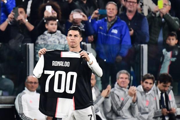 Video: Ronaldo độc diễn ghi bàn thứ 701 trong ngày nhận quà độc - Ảnh 3.