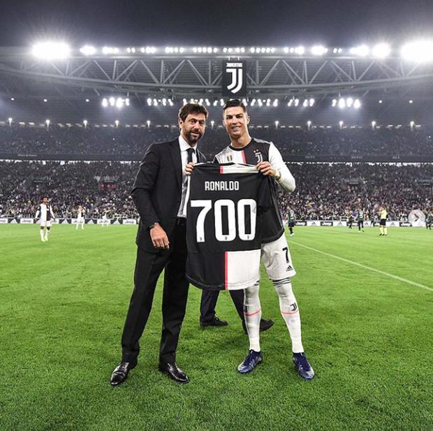 Video: Ronaldo độc diễn ghi bàn thứ 701 trong ngày nhận quà độc - Ảnh 2.