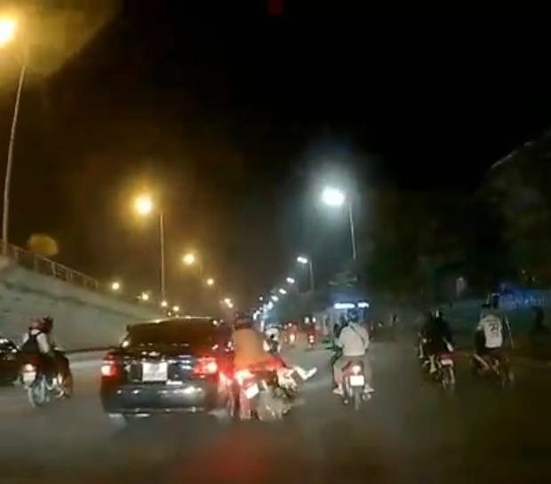 Hà Nội: Tài xế xe con tông 2 vợ chồng đi xe máy cùng con nhỏ ngã lăn xuống đường rồi rồ ga bỏ chạy - Ảnh 2.