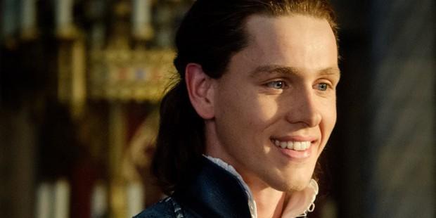Rể quý điển trai của Maleficent: Phất lên từ cảnh nóng đồng tính, mê đi lính đến mức suýt bỏ nghề diễn - Ảnh 3.