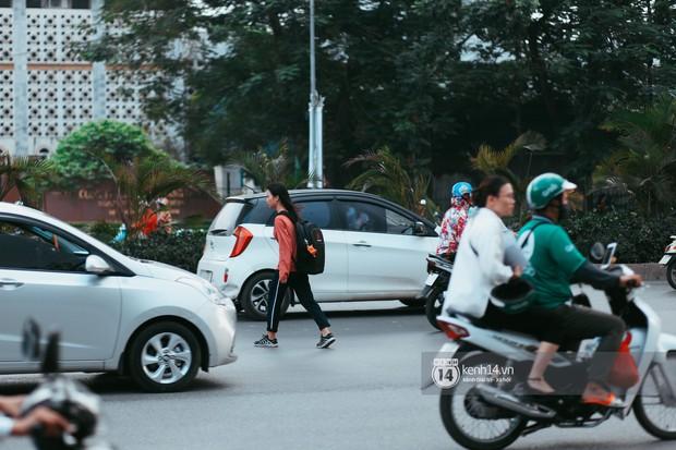 Nóng mắt cảnh sinh viên Hà Nội dàn hàng cả chục người băng đường qua đại lộ đầy nguy hiểm, dù cầu đi bộ chỉ cách đó mấy chục mét - Ảnh 2.