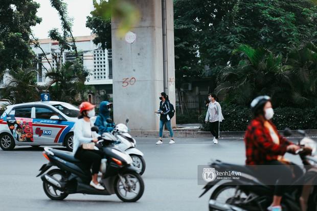Nóng mắt cảnh sinh viên Hà Nội dàn hàng cả chục người băng đường qua đại lộ đầy nguy hiểm, dù cầu đi bộ chỉ cách đó mấy chục mét - Ảnh 3.