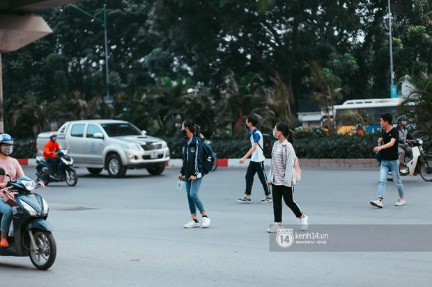 Nóng mắt cảnh sinh viên Hà Nội dàn hàng cả chục người băng đường qua đại lộ đầy nguy hiểm, dù cầu đi bộ chỉ cách đó mấy chục mét - Ảnh 4.