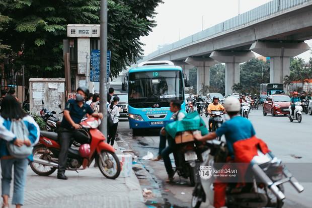 Nóng mắt cảnh sinh viên Hà Nội dàn hàng cả chục người băng đường qua đại lộ đầy nguy hiểm, dù cầu đi bộ chỉ cách đó mấy chục mét - Ảnh 1.