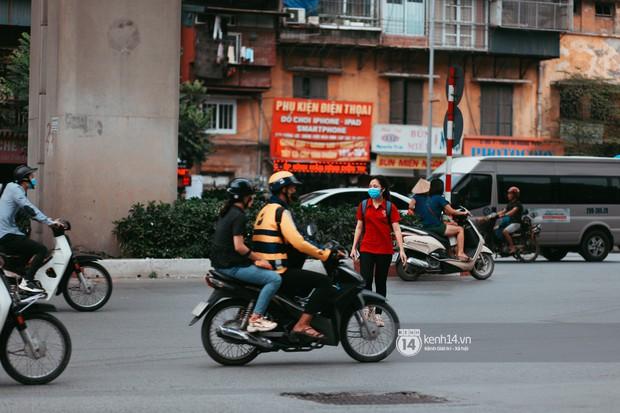 Nóng mắt cảnh sinh viên Hà Nội dàn hàng cả chục người băng đường qua đại lộ đầy nguy hiểm, dù cầu đi bộ chỉ cách đó mấy chục mét - Ảnh 5.