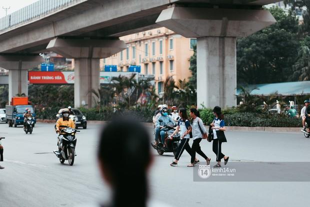 Nóng mắt cảnh sinh viên Hà Nội dàn hàng cả chục người băng đường qua đại lộ đầy nguy hiểm, dù cầu đi bộ chỉ cách đó mấy chục mét - Ảnh 9.