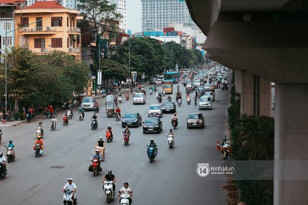 Nóng mắt cảnh sinh viên Hà Nội dàn hàng cả chục người băng đường qua đại lộ đầy nguy hiểm, dù cầu đi bộ chỉ cách đó mấy chục mét - Ảnh 7.
