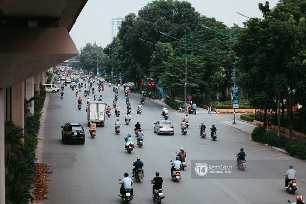 Nóng mắt cảnh sinh viên Hà Nội dàn hàng cả chục người băng đường qua đại lộ đầy nguy hiểm, dù cầu đi bộ chỉ cách đó mấy chục mét - Ảnh 8.