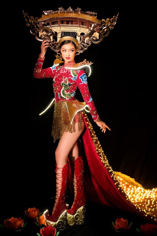 Mãn nhãn với Quốc Phục cảm hứng Hội An, đính 2.000 bóng đèn của Á hậu Kiều Loan mang đến Hoa hậu Hoà Bình - Ảnh 1.