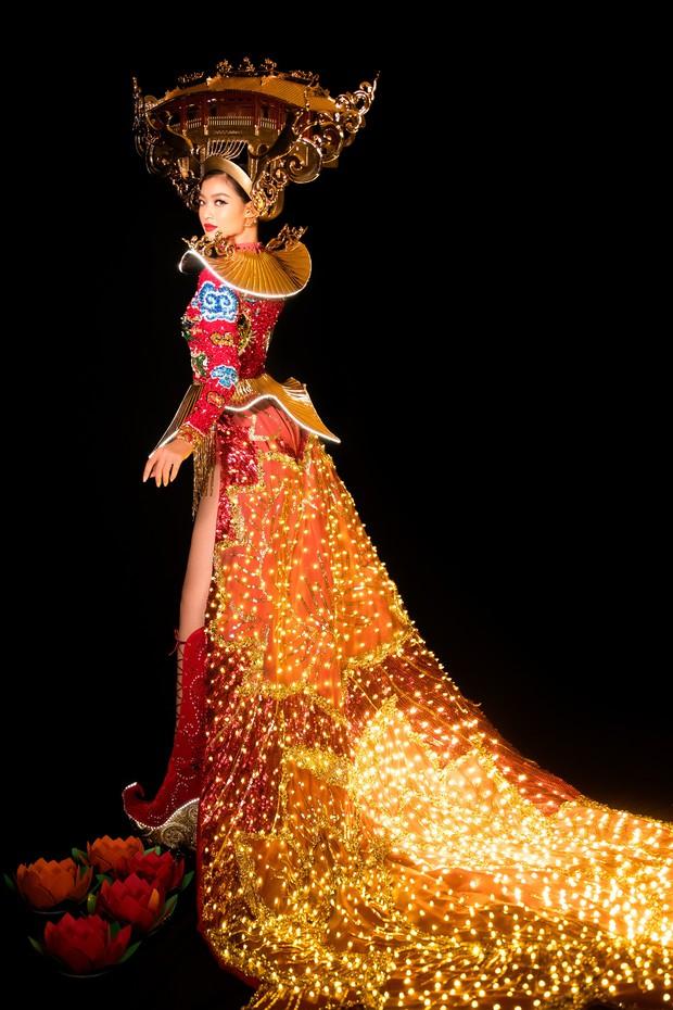 Mãn nhãn với Quốc Phục cảm hứng Hội An, đính 2.000 bóng đèn của Á hậu Kiều Loan mang đến Hoa hậu Hoà Bình - Ảnh 4.