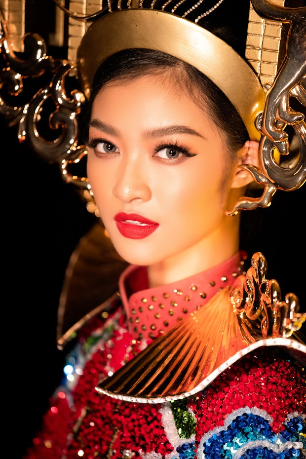 Mãn nhãn với Quốc Phục cảm hứng Hội An, đính 2.000 bóng đèn của Á hậu Kiều Loan mang đến Hoa hậu Hoà Bình - Ảnh 5.