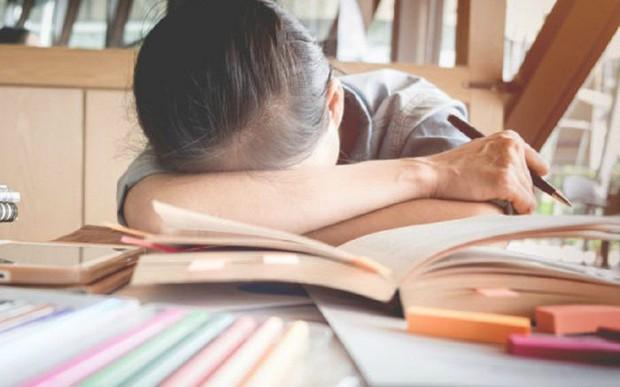 Người nhà tố giáo viên không lương tâm vì quay clip học sinh ngủ gật và chiếu cho cả lớp xem, dân mạng lại có phản ứng bất ngờ - Ảnh 2.