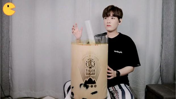 Đối thủ của bà Tân Vlog đã xuất hiện: Youtuber người Hàn tự tay làm những món ăn siêu to khổng lồ khiến dân tình choáng váng - Ảnh 1.