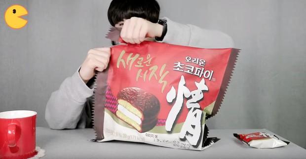 Đối thủ của bà Tân Vlog đã xuất hiện: Youtuber người Hàn tự tay làm những món ăn siêu to khổng lồ khiến dân tình choáng váng - Ảnh 3.