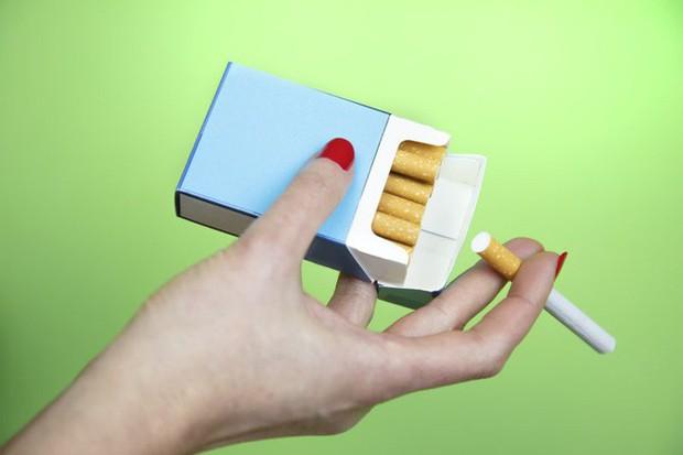 Nghiên cứu chỉ ra hút dưới 5 điếu thuốc lá mỗi ngày cũng tàn phá phổi tương đương 30 điếu - Ảnh 1.