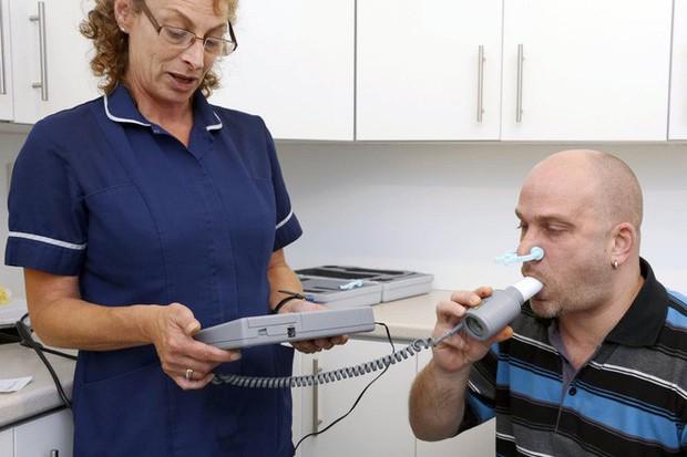 Nghiên cứu chỉ ra hút dưới 5 điếu thuốc lá mỗi ngày cũng tàn phá phổi tương đương 30 điếu - Ảnh 2.