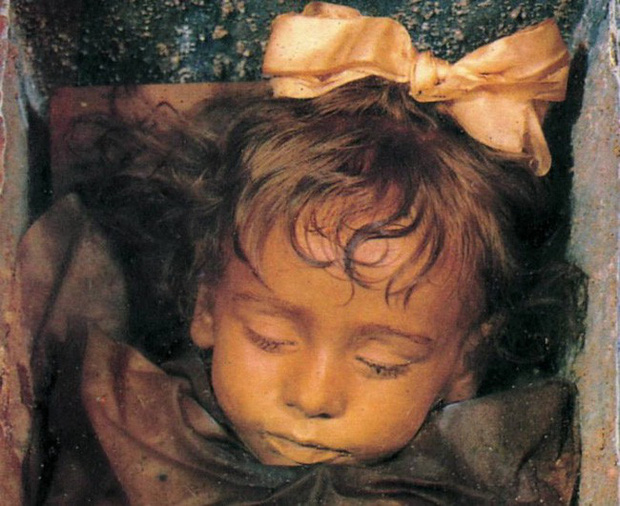 Bí ẩn về thiên thần say ngủ: Xác ướp bé gái gần trăm năm vẫn còn chớp mắt khiến ai cũng lạnh người - Ảnh 4.