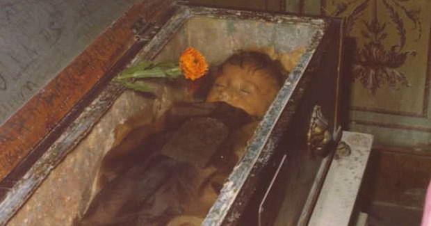 Bí ẩn về thiên thần say ngủ: Xác ướp bé gái gần trăm năm vẫn còn chớp mắt khiến ai cũng lạnh người - Ảnh 5.