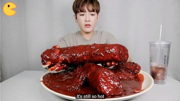Đối thủ của bà Tân Vlog đã xuất hiện: Youtuber người Hàn tự tay làm những món ăn siêu to khổng lồ khiến dân tình choáng váng - Ảnh 11.