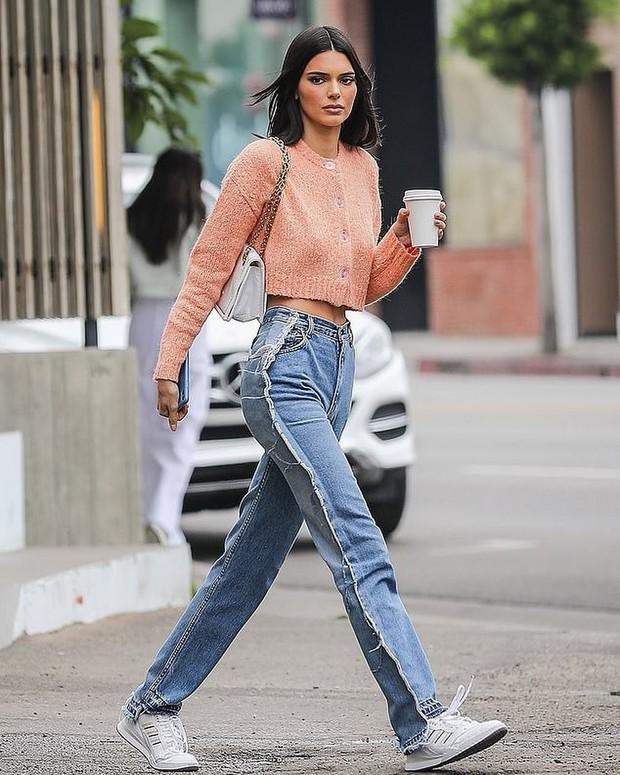 Khoe quần jeans trước sau như một, tưởng không ai dám mặc hóa ra Ngọc Trinh lại đụng hàng với Kendall Jenner - Ảnh 6.