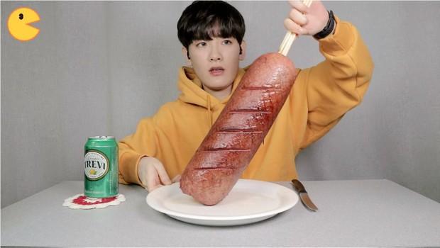 Đối thủ của bà Tân Vlog đã xuất hiện: Youtuber người Hàn tự tay làm những món ăn siêu to khổng lồ khiến dân tình choáng váng - Ảnh 12.