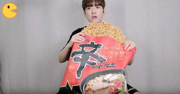 Đối thủ của bà Tân Vlog đã xuất hiện: Youtuber người Hàn tự tay làm những món ăn siêu to khổng lồ khiến dân tình choáng váng - Ảnh 14.