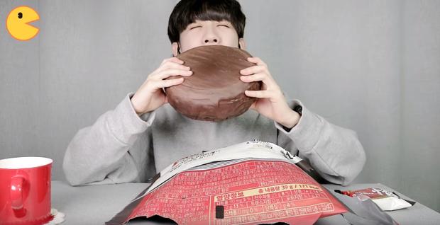 Đối thủ của bà Tân Vlog đã xuất hiện: Youtuber người Hàn tự tay làm những món ăn siêu to khổng lồ khiến dân tình choáng váng - Ảnh 4.