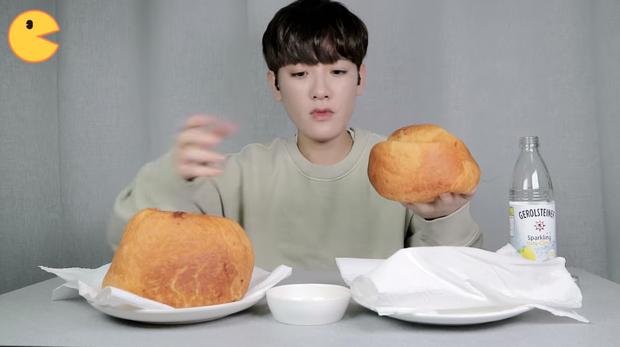 Đối thủ của bà Tân Vlog đã xuất hiện: Youtuber người Hàn tự tay làm những món ăn siêu to khổng lồ khiến dân tình choáng váng - Ảnh 8.