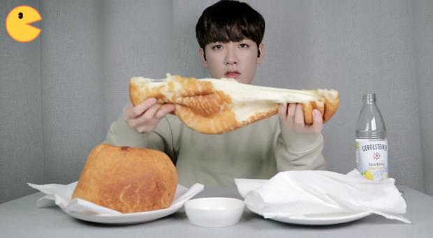 Đối thủ của bà Tân Vlog đã xuất hiện: Youtuber người Hàn tự tay làm những món ăn siêu to khổng lồ khiến dân tình choáng váng - Ảnh 9.