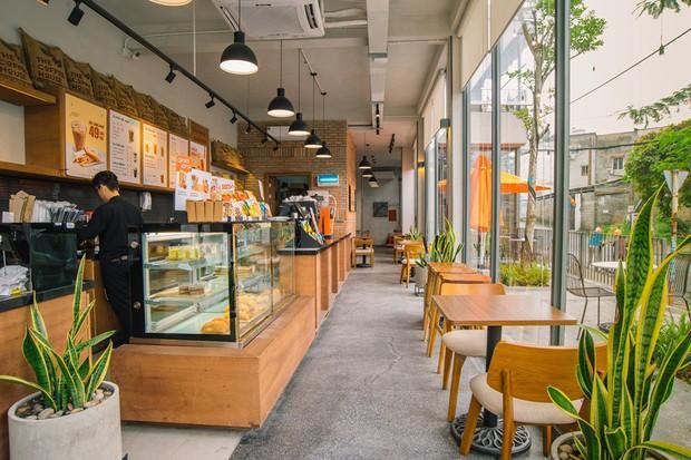 Vẫn mở cửa phục vụ khách cho dù ở khu vực bị ô nhiễm nguồn nước nhưng tại sao The Coffee House lại được cư dân mạng ủng hộ? - Ảnh 2.
