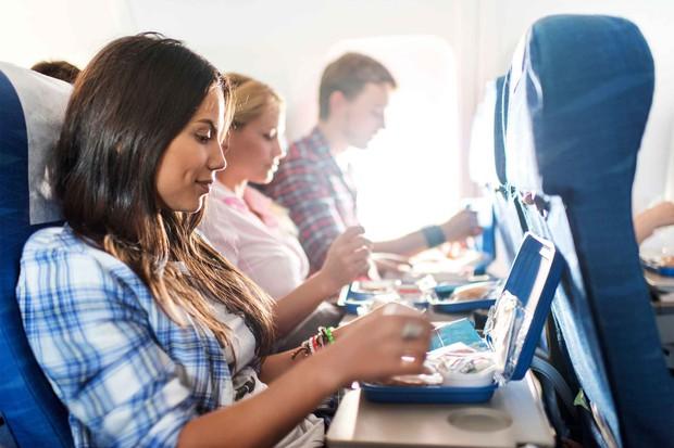 """11 nguyên tắc vàng khi đi máy bay bất kể ai cũng phải biết để không trở thành """"cái gai"""" trong mắt người khác - Ảnh 8."""
