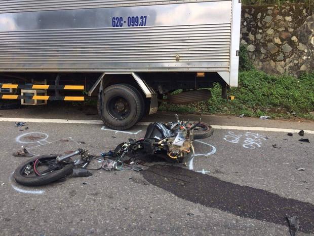 Lâm Đồng: Xe máy gãy đôi sau khi tông trực diện xe tải, 2 học sinh lớp 10 tử vong - Ảnh 1.