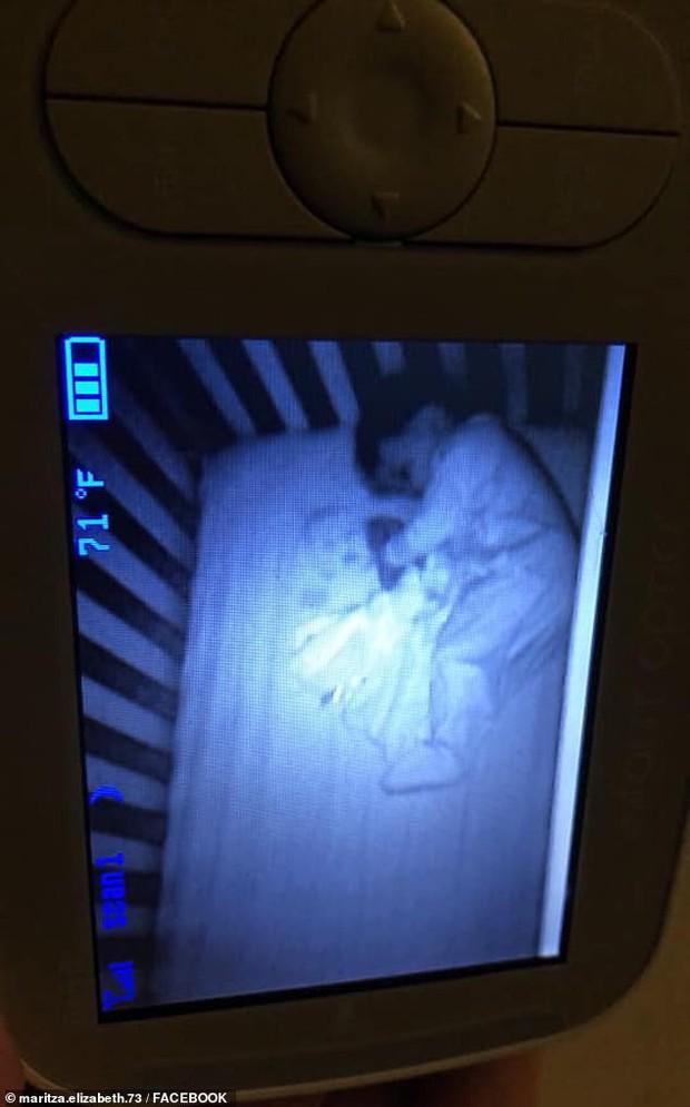 Xem camera buổi tối, bà mẹ hoảng hồn khi thấy một đứa trẻ sơ sinh khác lạ nằm cạnh con trong cũi và nhìn chằm chằm vào mình - Ảnh 1.