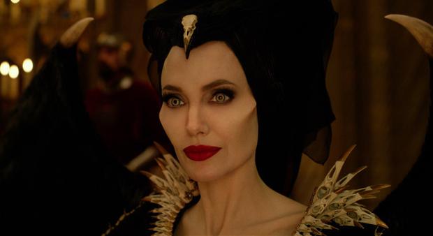 Bỏng mắt trước đại chiến nhan sắc của Maleficent: Hai bà sui chanh sả át cả con gái, anh quạ đẹp không thua hoàng tử - Ảnh 2.