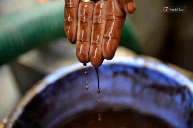 Ảnh: Dầu lắng cặn, bốc mùi nồng nặc khi thau rửa bể nước tại khu đô thị Hà Nội sau sự cố ô nhiễm nước sông Đà - Ảnh 2.