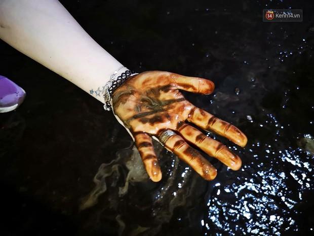 Ảnh: Dầu lắng cặn, bốc mùi nồng nặc khi thau rửa bể nước tại khu đô thị Hà Nội sau sự cố ô nhiễm nước sông Đà - Ảnh 10.