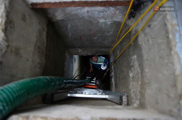 Ảnh: Dầu lắng cặn, bốc mùi nồng nặc khi thau rửa bể nước tại khu đô thị Hà Nội sau sự cố ô nhiễm nước sông Đà - Ảnh 1.