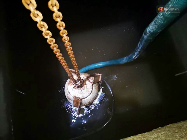 Ảnh: Dầu lắng cặn, bốc mùi nồng nặc khi thau rửa bể nước tại khu đô thị Hà Nội sau sự cố ô nhiễm nước sông Đà - Ảnh 5.