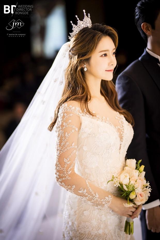 Cựu thành viên bị bắt nạt của T-Ara tung ảnh trong đám cưới như cổ tích, nhan sắc chồng khiến fan trầm trồ - Ảnh 1.