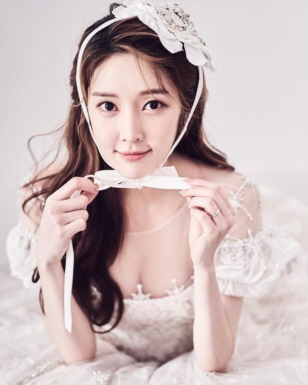 Cựu thành viên bị bắt nạt của T-Ara tung ảnh trong đám cưới như cổ tích, nhan sắc chồng khiến fan trầm trồ - Ảnh 4.