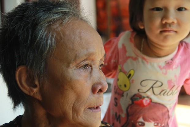 Xót xa cụ bà sống cùng con cháu trong túp lều quây bạt không điện nước suốt 24 năm ở Vĩnh Phúc - Ảnh 8.