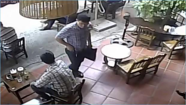 """Hà Nội: Người đàn ông ăn mặc lịch lãm bị nghi """"cuỗm"""" luôn chiếc ví của khách vừa làm rơi dưới chân rồi """"chuồn"""" - Ảnh 4."""