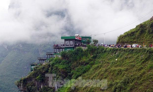 Hàng ngàn du khách check in ở Panorama Mã Pì Lèng giữa lúc đình chỉ hoạt động - Ảnh 2.