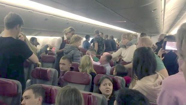 Định nhảy khỏi máy bay từ độ cao 12.000 m, hành khách bị bọc lại bằng màng bọc thực phẩm - Ảnh 1.