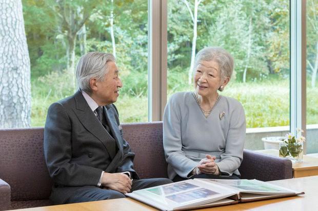 Hoàng hậu Masako xuất hiện với thần thái hút hồn cùng với gia đình trước lễ đăng quang chính thức diễn ra vào ngày mai - Ảnh 1.