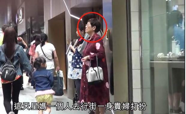 Dính tin đồn để lại toàn bộ gia tài cho con trai Trương Bá Chi, Châu Tinh Trì bị lên án vì để mẹ già 80 tuổi sống tằn tiện - Ảnh 2.