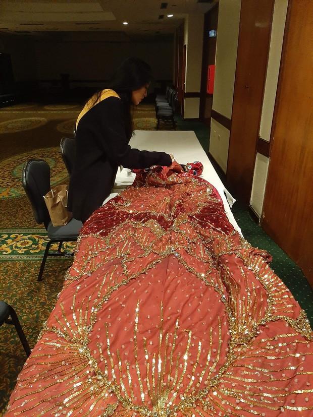 Mất cả đêm sửa Quốc Phục gặp sự cố nhưng không thành, Kiều Loan vẫn chứng tỏ đẳng cấp trên sân khấu Miss Grand - Ảnh 2.