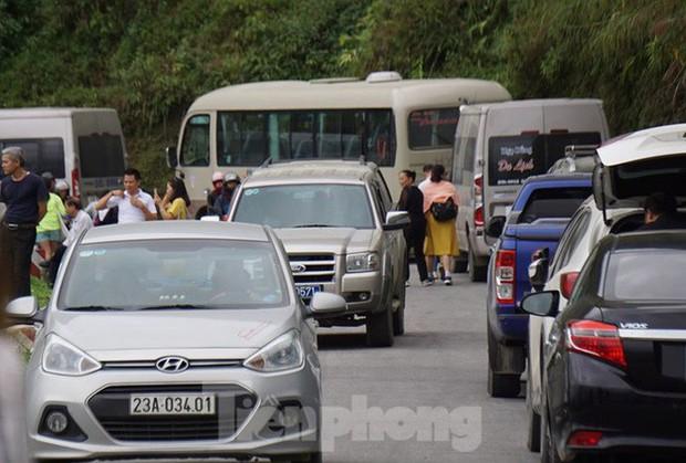 Hàng ngàn du khách check in ở Panorama Mã Pì Lèng giữa lúc đình chỉ hoạt động - Ảnh 12.